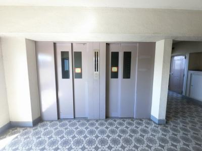 お買い物時やベビーカーの出し入れに便利なエレベーター付 混雑時にも便利なエレベーター2基付です。