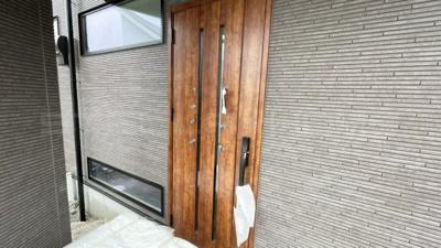 木の雰囲気がオシャレな玄関扉です。
