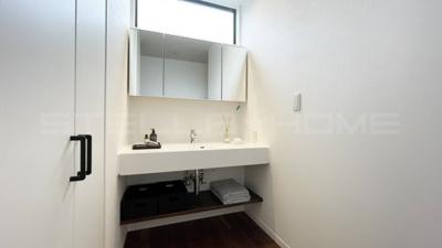 独立洗面台、小物を置くことができて便利です。