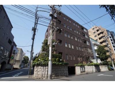 東京メトロ南北線などが停車する「麻布十番」駅から徒歩約9分。