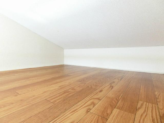 洋室7.2帖のお部屋にある1.5帖のロフトスペースです!ロフトスペースはベッドや収納スペースとしても使えて便利です☆