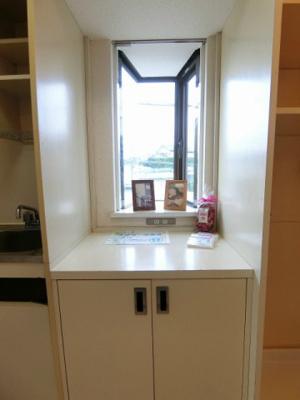 キッチン横にある収納スペースです!日用品の収納に便利ですね♪上は出窓になっているので写真やかわいい小物を置くことができます!