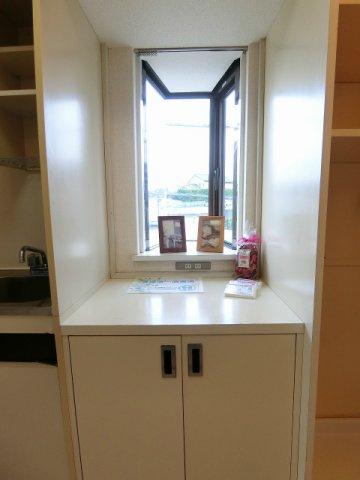 キッチン横にある収納スペースです!日用品の収納に便利ですね♪上には写真やかわいい小物を置くことができます!