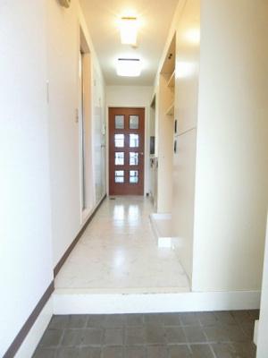 玄関から室内への景観です!キッチンの奥に洋室7.2帖のお部屋があります☆