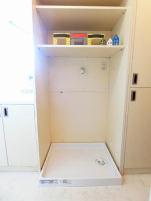 キッチンスペースにある室内洗濯機置き場です♪防水パンが付いているので万が一の漏水にも安心です!上部には便利な収納棚付き♪