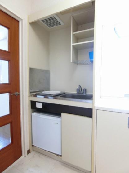 キッチンは1口IHクッキングヒーター♪IHはサッとひと拭き簡単お手入れ☆窓があるので換気もOK♪ミニ冷蔵庫も完備しています◎