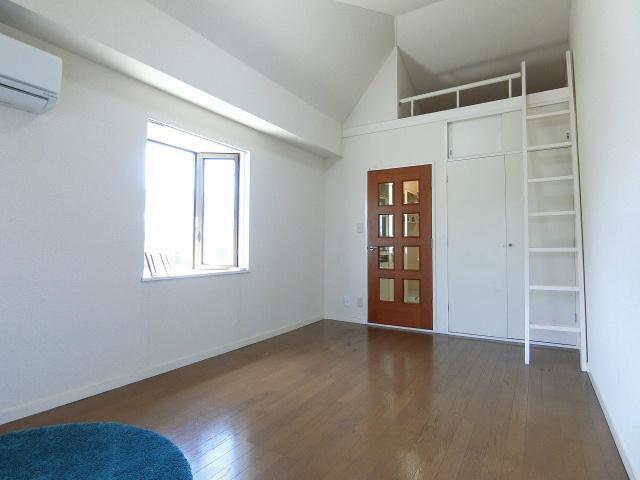 クローゼットとロフトスペースのある洋室7.2帖のお部屋です!お洋服や荷物の多い方もお部屋が片付いて快適に過ごせますね♪出窓には小物を置いたりして楽しめます☆