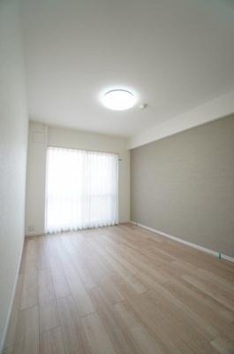 【南側洋室約6帖】 メインバルコニーに面する居室は 建材の色合いからモダンテイストも似合いそうな洋室。 主寝室としてもご利用頂ける広さがあり、 大型の家具を置くなどしても使い勝手は良さそうです。