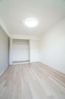 【南側洋室約6帖】 たっぷり収納! コートやスーツだけでなく、収納棚を中にしまえば ニットやパンツも中にしまえて お部屋をすっきりとお使いいただけます! お部屋のコーディネートと幅が広がります♪