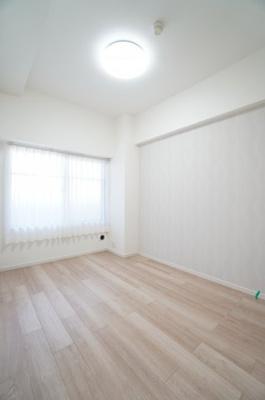 【北西側洋室約4.7帖】 シンプルに纏められた洋室部分。 クロスとフローリングは主張せず、 お好みのインテリアを活かしたレイアウトが実現します。