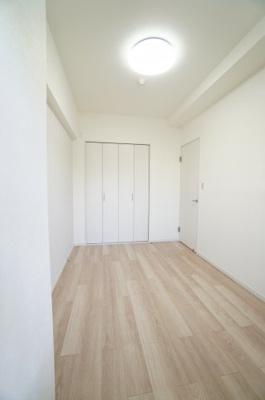 【北西側洋室約4.7帖】 居室にはクローゼットを完備し、 自由度の高い家具の配置が叶うシンプルな空間です。 お子様の成長と必要になる子供部屋にするには ぴったりの間取りですね。