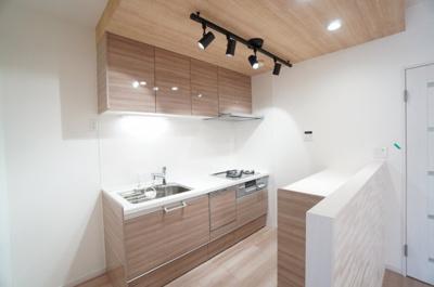 【システムキッチン】 クリナップ社製! 機能充実! 浄水器一体型ハンドシャワー水栓、 一度に5人分の食器が洗える食器洗い乾燥機、 あると便利なカップボード設置。 毎日の家事を快適にする設備が揃ってます