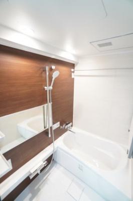 【システムバス】 TOTO社製! RWシリーズは「魔法瓶浴槽」「ほっからり床」 TOTO独自の技術によりバスタイムをよりよく演出してくれます! 更に、浴室暖房乾燥機が標準設備! お手入れが楽です!