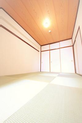 趣のある和室はリビングと廊下両方から出入可能です。