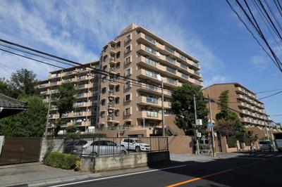 総戸数190戸のビッグコニュニティ、9階建のマンションです。