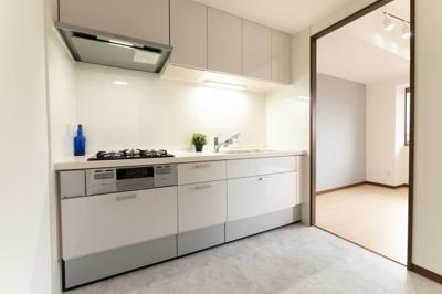 キッチンは収納たっぷり、調理器具がすっきり収まります。