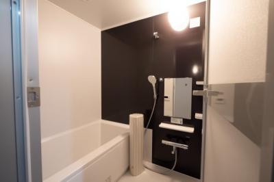 アクセントパネルが印象的な浴室で日々の疲れを癒せます。