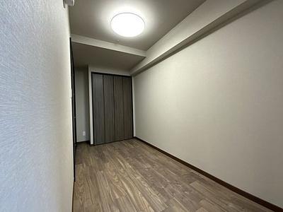 長方形で家具の配置もしやすそうな洋室です。