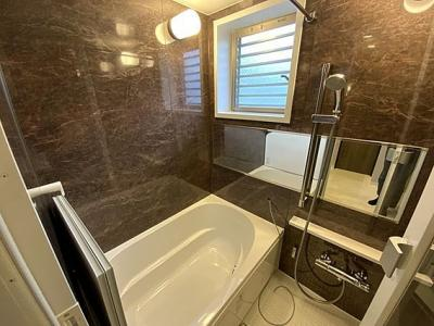 換気のしやすい窓付きで浴槽に浸かって一日の疲れが癒せます。