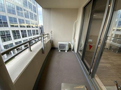 2部屋にまたがる間口広めのバルコニーがあります。