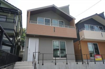 モダンな外観で、外壁は防火性、遮音性に優れたサイディングを使用。