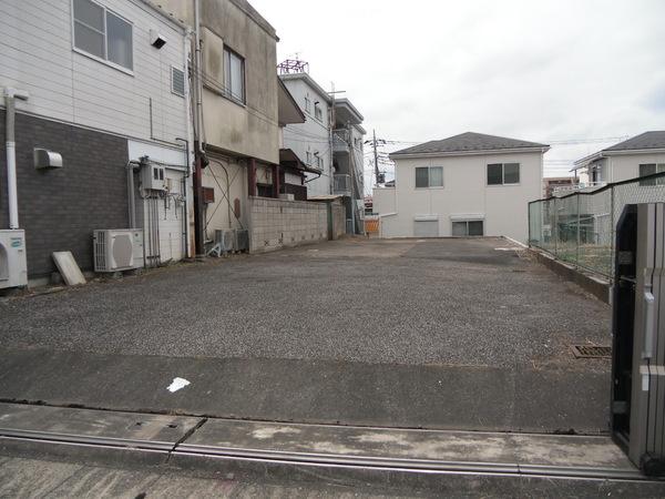 建築条件なし売地。住宅・事業用に適しております。更地。