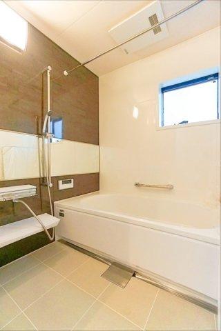 広々とした清潔感のある浴室です。雨の日に助かる浴室乾燥付き♪ このバスルームで一日の疲れを癒してください!