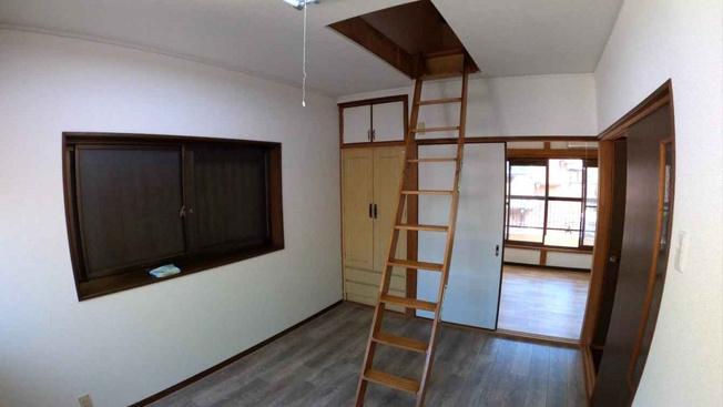 【3階:北側洋室6帖】屋根裏収納に出入りできるお部屋です♪