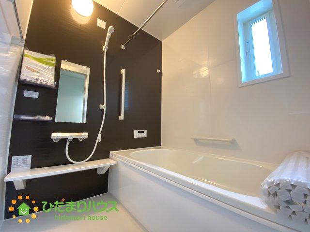 黒のアクセントクロスがオシャレな浴室です!足を伸ばしてゆっくりおくつろぎいただけます♪