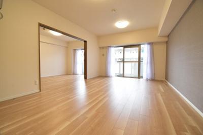 アクセントクロスをあしらいお洒落な空間を演出しております。どんな家具も合わせやすい色彩です。
