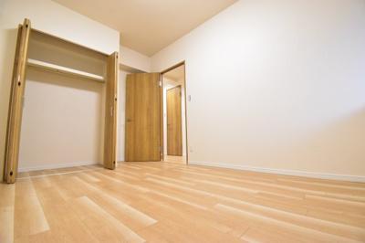 各居室5帖以上を確保しております。お子様のお部屋としても十分な広さを備えております。