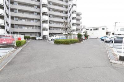 敷地内駐車場を完備しておりますので、お車をお持ちの方でも大丈夫です。空き状況はお問い合わせ下さい。