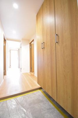 木の温もりを感じられる玄関は、お部屋の雰囲気を表しています。広い土間部分はベビーカーなどを置いても良