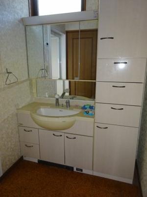 浴室のお隣には洗面化粧台 その隣に パウダールームがあります。