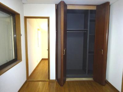 主寝室北側にはクローゼットの後ろに 3.7帖のウオークインクローゼット なんどとして.使えます。