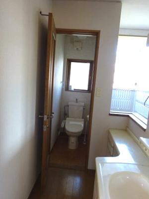 2階階段脇に トイレがあります。