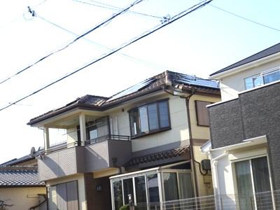 屋根にはソーラー発電システムがのっています。