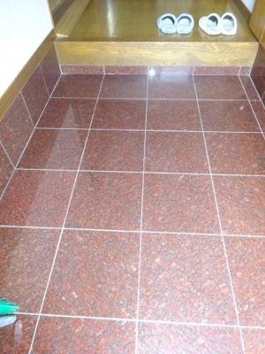 玄関内部の 敷石 汚れも傷もつかない 立派なものです。