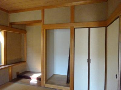 左から書院のついた 床の間 仏間にも物入にもなりますその 一番右に 物入があります。