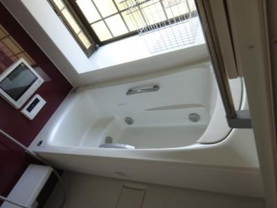 出窓付き 1坪タイプの浴室 テレビ付き  浴室乾燥機もついています。