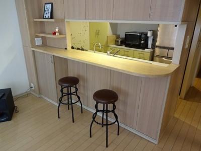 昼間はお茶を楽しみ、夜はお酒を楽しむなど カフェやバーのカウンターのような雰囲気を味わえます。