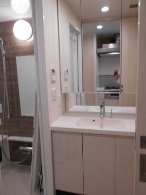 三面鏡の独立洗面台