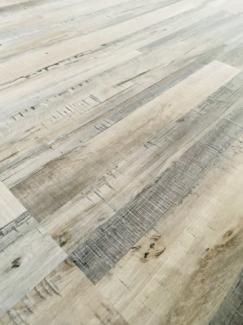 床材 フロアタイル 天然木の風合い