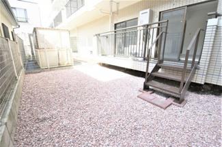 ■砂利石を敷き詰めた専用庭です 約20㎡ <Comodo Stanza 内装リノベーション中古マンション>※2021年4月撮影