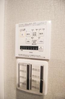 浴室換気暖房乾燥機能スイッチパネル。暖房乾燥機能以外にも、24時間換気システム機能がございます。