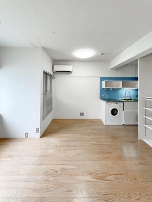 鏡張りがお洒落な追炊き機能付き浴槽です。