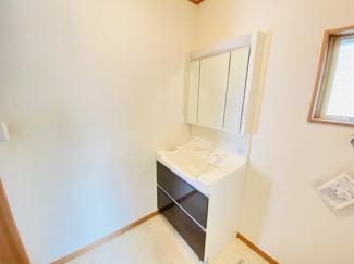 千葉市若葉区桜木 中古一戸建て 桜木駅 シャワー付き三面鏡の洗面台!