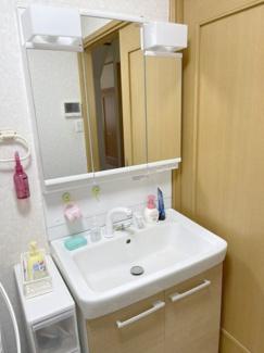 洗面台の鏡の裏には沢山収納できます♪