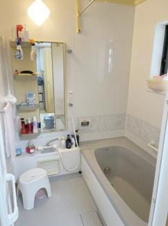 浴室乾燥機は雨が続くときや花粉症のご家族がいる場合でも洗濯物を干すことができ、部屋干しや生乾きの臭いもしにくいのが特徴です