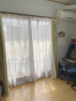 ルーフバルコニーに面しており、日当たり良好です。明るいお部屋は風通しも良く、心地よい気分になります。